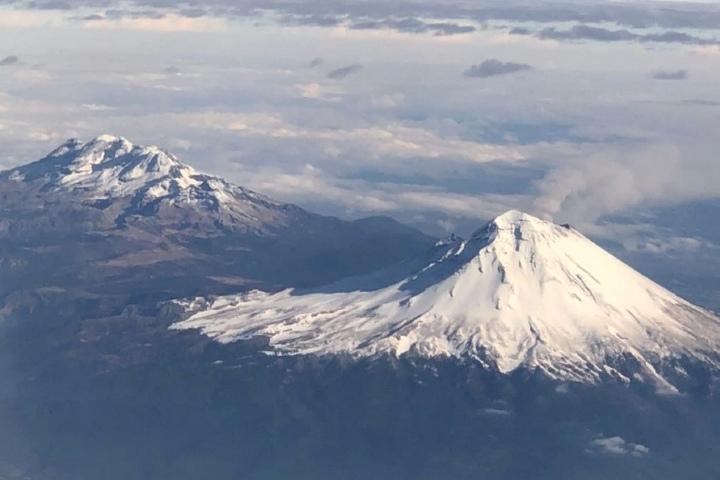 Vista aérea del Iztaccíhuatl y el Popocatépetl llenos de nieve. Foto: @webcamsdemexico | Twitter