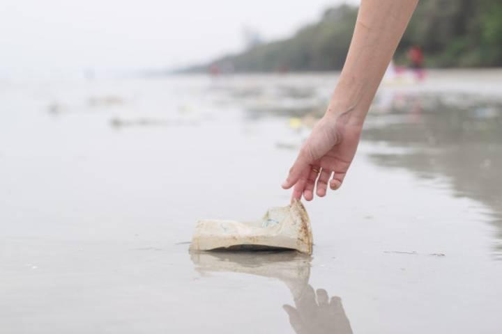 Recoger tu basura al viajar es una manía que todos deberíamos tener. Foto: Freepik
