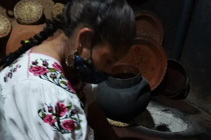 Cocinera Berenice Santa Fe de la Laguna. Foto: Laura LLerena
