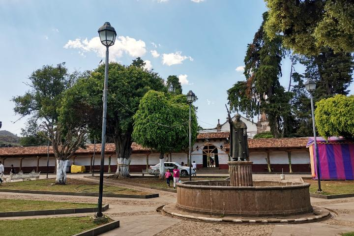 Plaza TataVasco Santa Fe de la Laguna Foto Laura LLerena