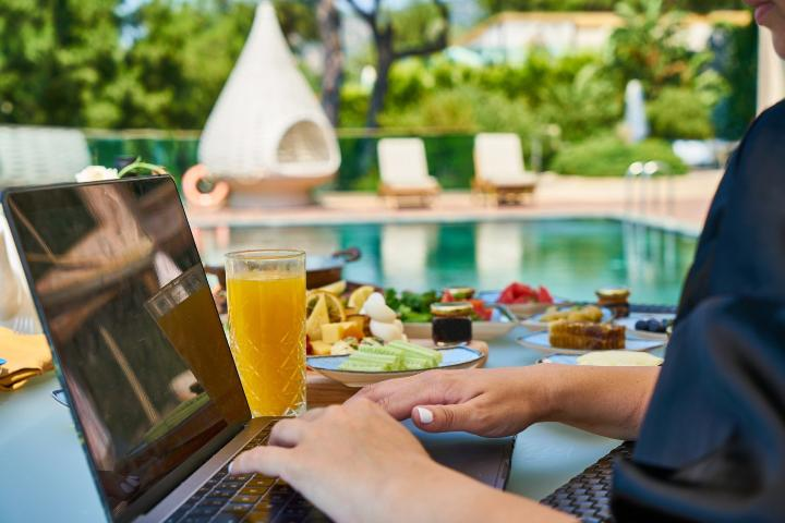 Notebook en vacaciones. Foto: Engin Akyurt PXB