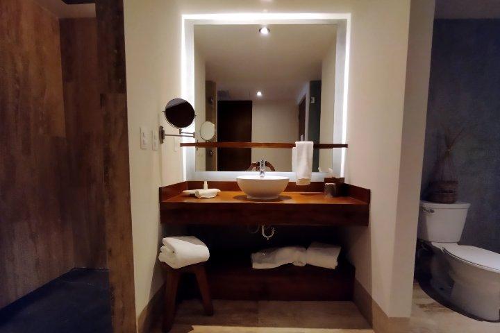 Habitación y baños, Kimpton Aluna. Foto: El Souvenir