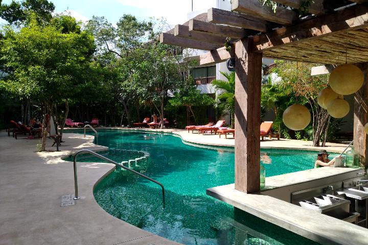 Alberca y Pool Bar, Kimpton Aluna Tulum. Foto: El Souvenir